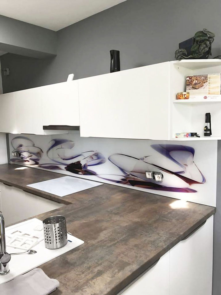 Sklo, sklenené kuchynské zásteny, sklenená kuchynská zástena do kuchyne na mieru, digitálna potlač, grafosklo, Ateliér Suchánek Bratislava Dúbravka showroom, motáž a servis